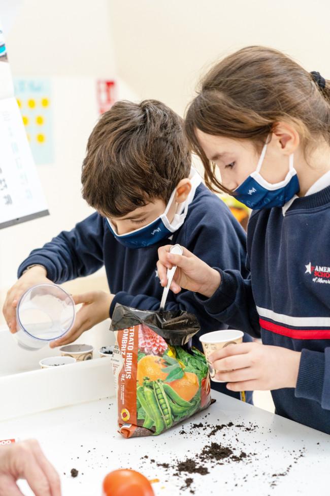 Niños aprendiendo agricultura
