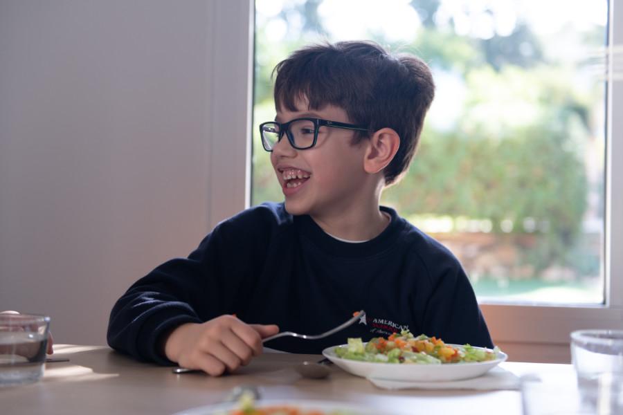 Niño comiendo sano y riendo